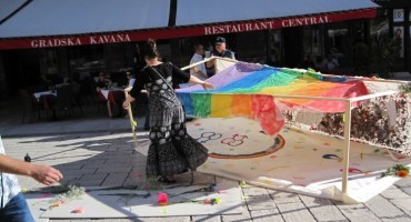 Mladić srušio gay instalaciju na Pjaci