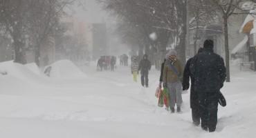 Sibirska zima u BiH: Terenci slijetali s ceste, bageri spašavali ljude iz vikendica, krov pao na auto...