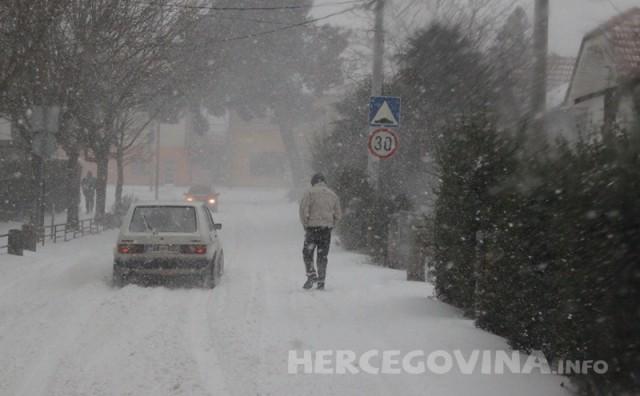 Izvanredno stanje u BiH: Djeca zbog snijega i do dva metra ne idu u školu, ceste blokirane