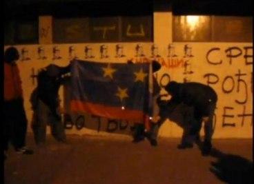 Ispisali čestitku Ratku Mladiću i spalili zastavu Vojvodine