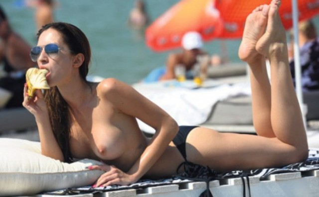 Playboyeva zečica Anastasija pokazala svoje draži na plaži