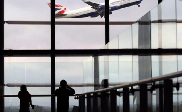 Skriveni putnik ispao iz zrakoplova na automobil u Londonu