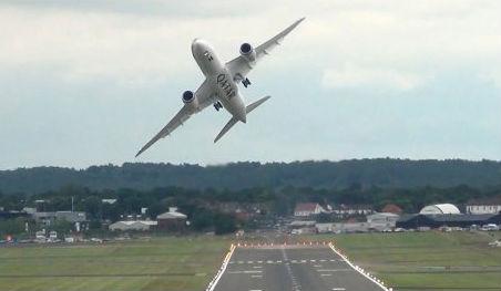 Pravi trenutak za napad panike: Putnici tijekom leta promatrali kako se zrakoplov raspada