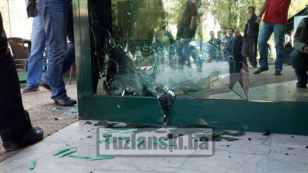 Navijači Željezničara demolirali tržni centar u Tuzli