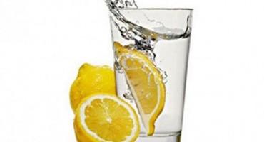 Mlaka voda s limunom - najnoviji hit za poboljšanje vašeg zdravlja!