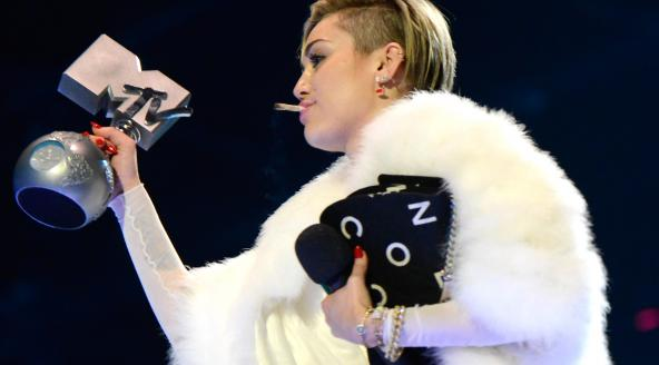Skandalozno: Miley Cyrus zapalila joint na dodjeli MTV EMA