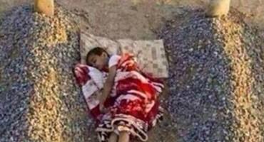 Ovo je prava istina o dječaku koji spava između dva groba!