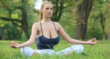 Velike grudi, još veći problemi: 10 stvari koje muče prsate cure