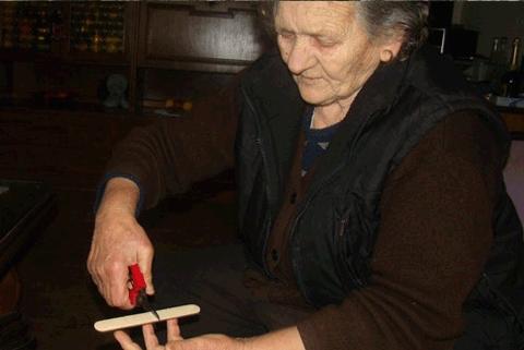 Ljubuški: Zlatne ruke bake Stane kosti namještaju bez rendgena