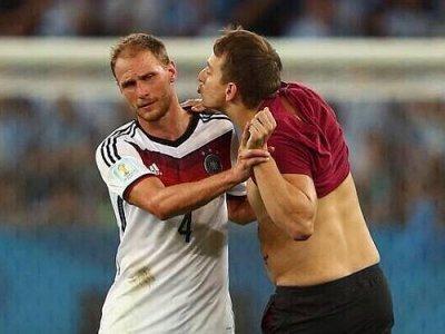Ruski komičar u kopačkama utrčao na finale i poljubio Hoewedesa