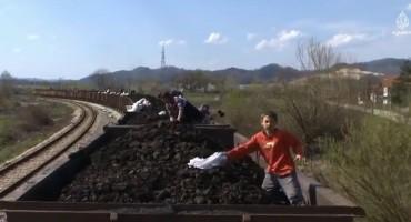 Pogledajte dokumentarni film 'Ćumuraši': Kradu ugalj iz vlaka u pokretu…