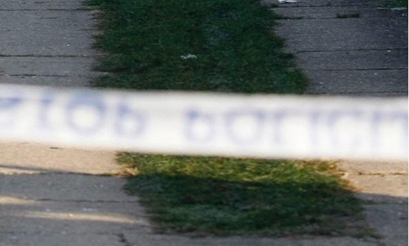 U dvorištu kuće pronašli mrtvog muškarca s porezotinom na nozi