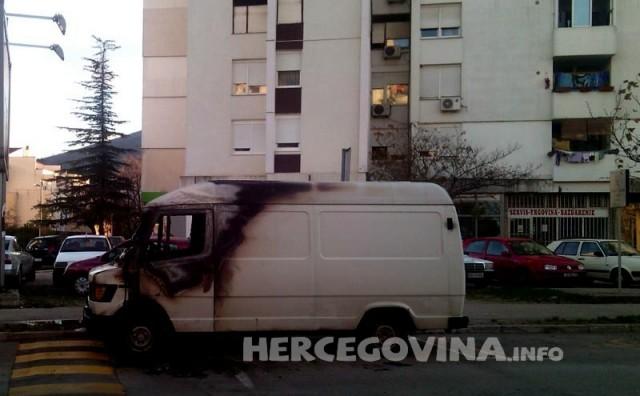 Mostar: Zapaljena dva kombi vozila