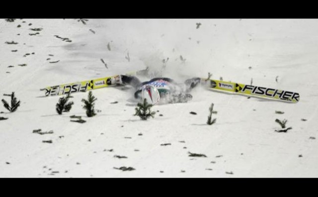 HOROR NA SKIJAŠKIM SKOKOVIMA Simon Ammann pao i ostao nepomično ležati u snijegu!
