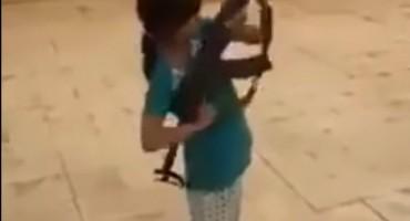 CURICI DALI KALAŠNJIKOV: Dijete skoro upucalo ljude oko sebe