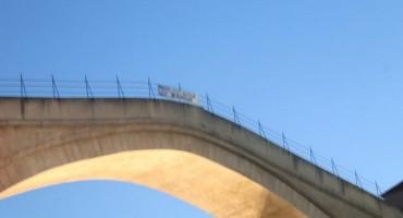 Mostar osvanuo s transparentima na kojima stoji  poruka  Prve tri godine su najgore.
