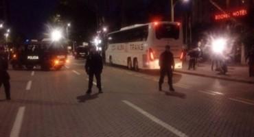 Snimka iz busa srpske reprezentacije: 'Puče staklo, glave dolje, glave dolje!'