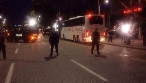 Kamenovan autobus s nogometašima Srbije u Tirani