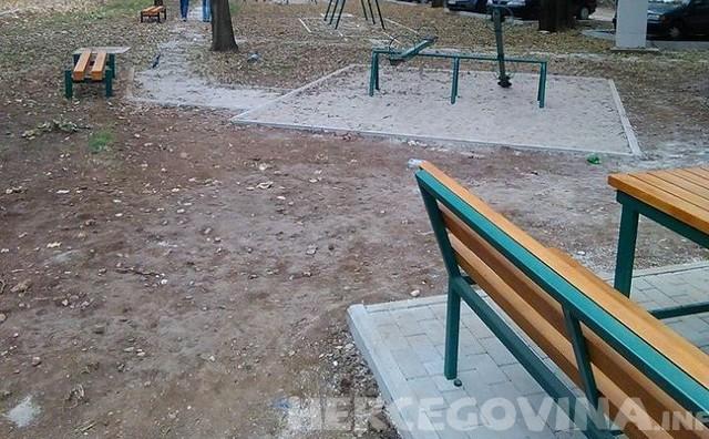 Mostar: Vraćene ljuljačke u park