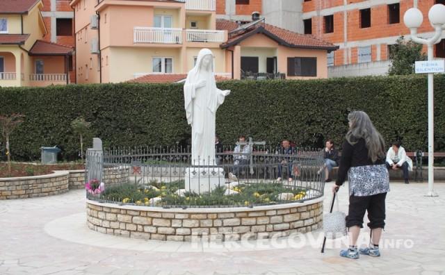 Gospa Međugorska: Draga djeco! Molim vas da molite za svećenike