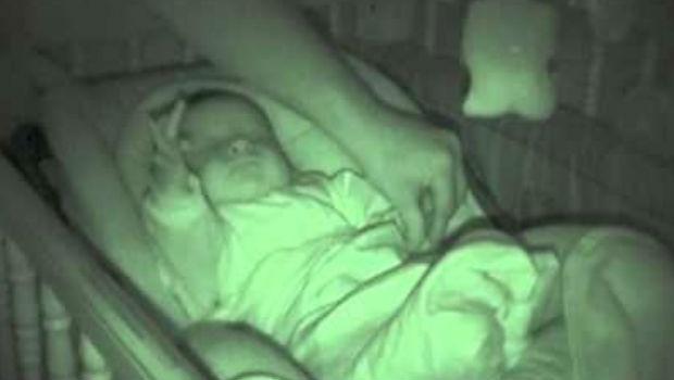 Ova beba radi u snu nešto simpatično
