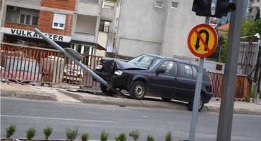 Prometna nesreća u Mostaru: Golfom uništio semafor