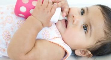 Zašto nije dobro bebe uspavljivati bočicom?