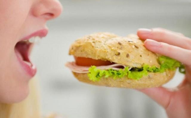 Što se zapravo događa u tijelu kada jedemo (pre)brzo?