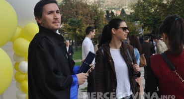Mostar: Pogledajte kako je bilo nakon promocije studenata medicine ispred Kosače