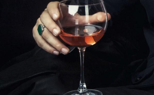 Najveća greška kod držanja vinske čaše koju mnogi čine