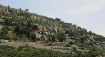 Priče iz Hercegovine:Manastir izvrio iz pećine