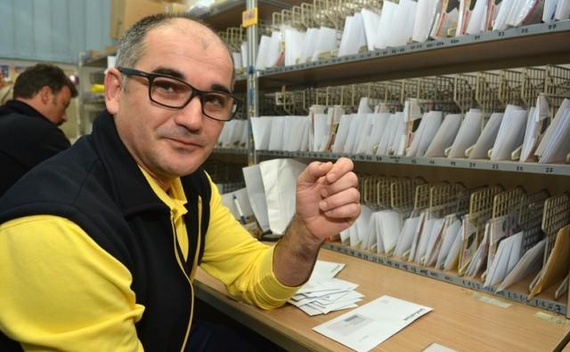 Mostarski poštar Dinko Raič raznosi pisma i s vlastitom markom