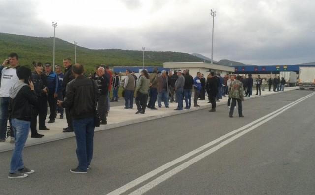 Zbog prosvjeda građana, obustavljen je promet na dionicai M-16.2 Prozor - Uskoplje (u mjestu Karamustafići) i GP Bijača