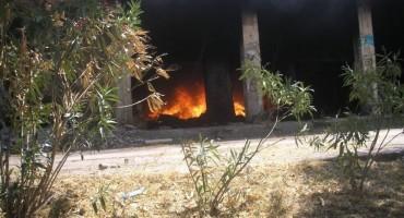 U Mostaru gori napušteni hotel, vatra zahvatila i automobile