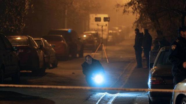 Specijalci pregovaraju s muškarcem koji prijeti da će aktivirati bombu, čuli se hici