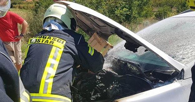 Izbjegnuta tragedija: U Mostaru se zapalio automobil u vožnji
