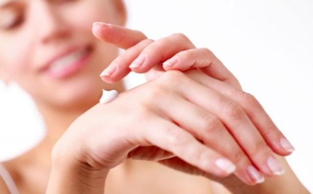 Spas za suhe ruke zimi: Dobro bademovo ulje i karite maslac