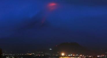 Evakuirano više od 9.000 ljudi zbog erupcije vulkana