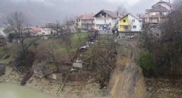Obiteljska kuća bi mogla skliznuti u Jablaničko jezero