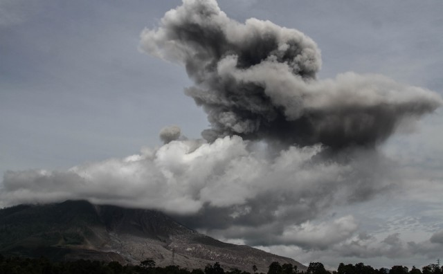 Erumpirao vulkan Sinabung: Stup pepela visok je 5 km, a niz padine šalje bujice usijanog plina!