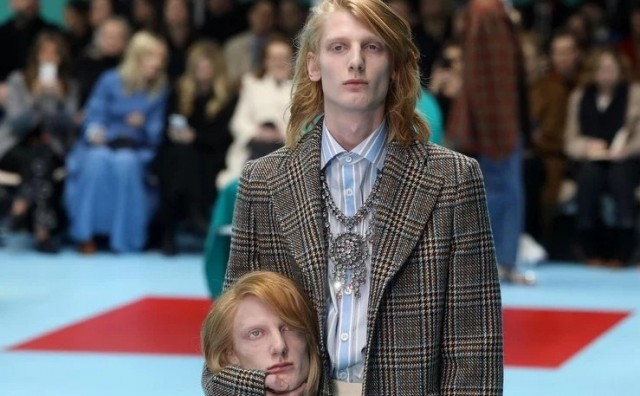 Modeli na Guccijevoj reviji šetali oko operacijskoga stola i umjesto torbica nosili replike svojih glava