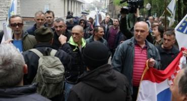 Prosvjednici ispred Parlamenta, sjednica Zastupničkog doma još ne počinje