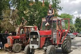 One se ne srame svog zanimanja: Maturantice u školu stigle na traktorima