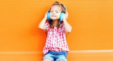 Vaše dijete sluša glazbu koristeći slušalice? Evo zašto je to opasno