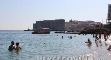 Nema kupanja kod Dubrovnika, morem plivaju fekalije