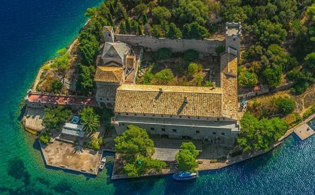 Hrvatski otok zmija, skrivenih uvala i ukradenoga blaga, a u blizini naše Hercegovine