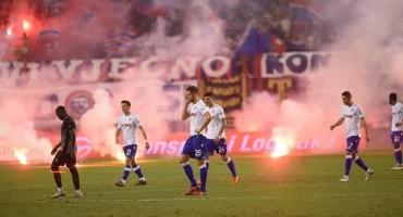 Torcida zasula bakljama igrače Hajduka nakon poraza od Gorice