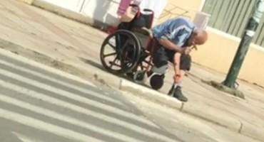 Samo u BiH: Muškarac u kolicima štemao trotoar da bi mogao da prođe
