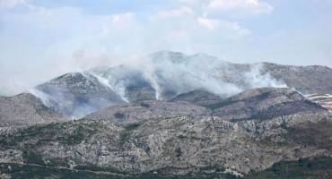 Požar u Ravnom na nepristupačnom terenu i dalje aktivan