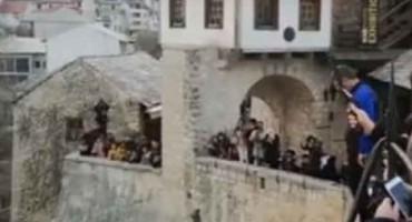 Državljanin Saudijske Arabije teško ozlijeđen prilikom skoka sa Starog mosta